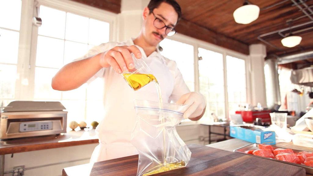 Jak zbavíte sáček vzduchu? Jednoduchá metoda, jak ho vyženete ven i bez vakuovačky!