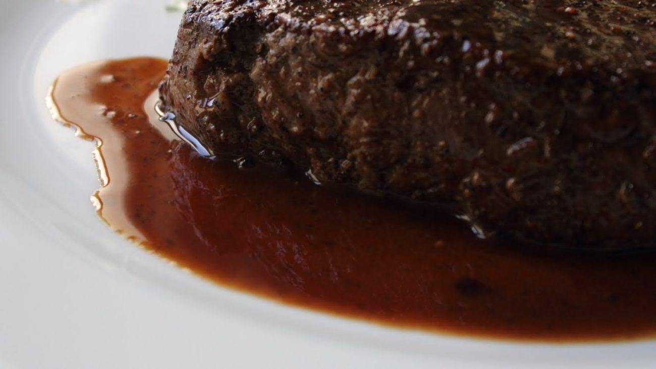 Jednoduchý sous vide steak s omáčkou z červeného vína