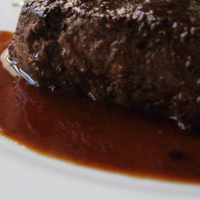 Sous vide steak s omáčkou z červeného vína a se šťouchanými bramborami