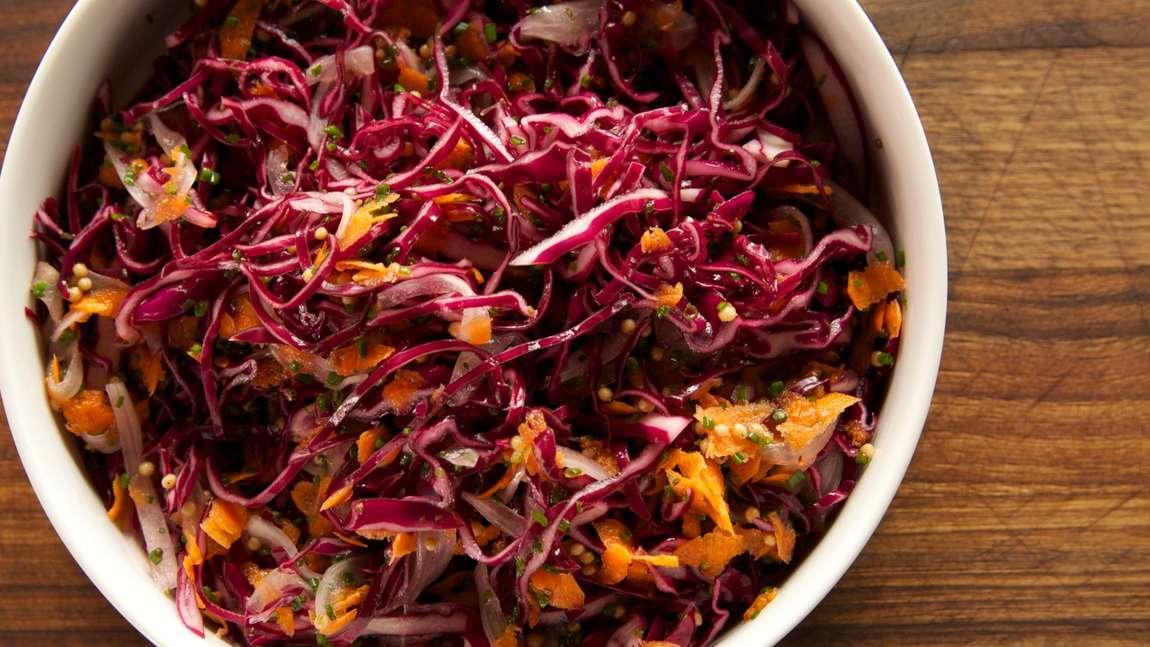 Salát z červeného zelí (červený coleslaw)