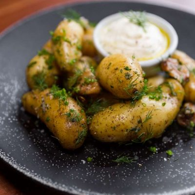 Mladé brambory s pečeným česnekem a rozmarýnem