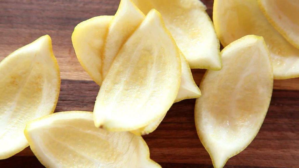 Z tohoto receptu vzejde měkká a chuťově výborná kandovaná citronová kůra, kterou můžete použít do slaných i sladkých pokrmů.