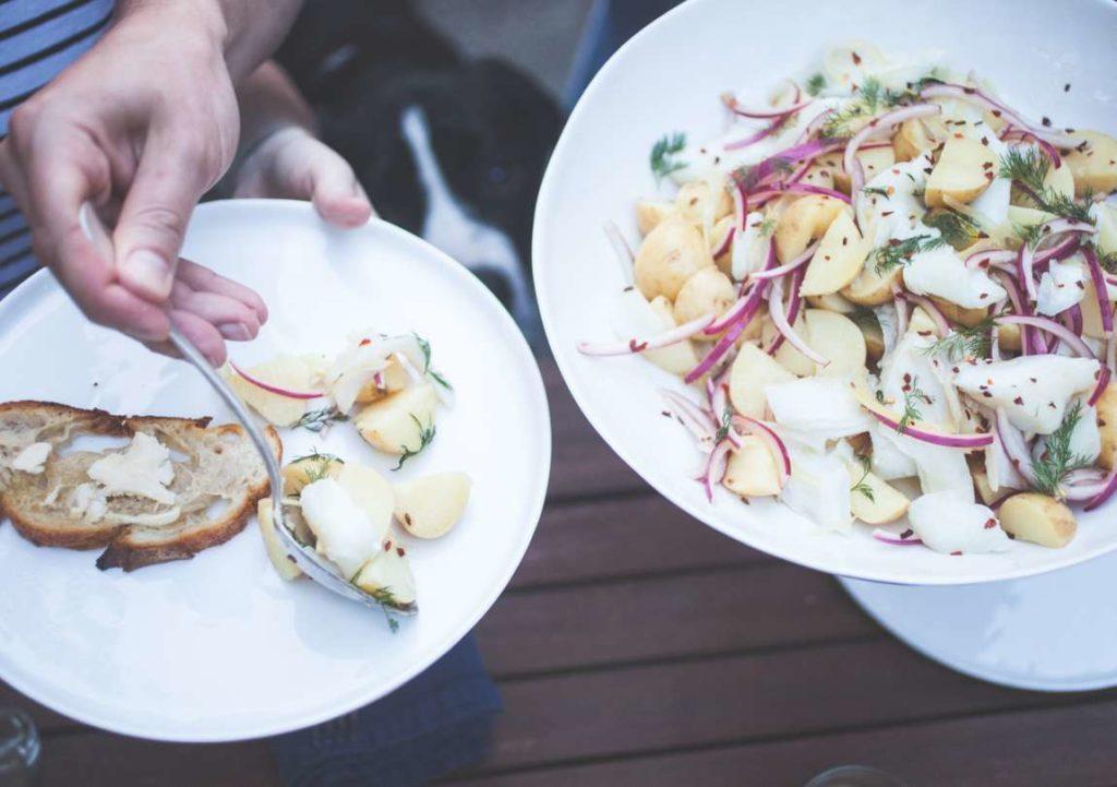 Toto je neskutečně rychlý a snadný způsob, jak vylepšit salát nebo grilovanou rybu. Nakrájejte cibuli, přelijte ji octem, posypte kořením a nechte odležet. Konzumovat můžete už za 10 minut.