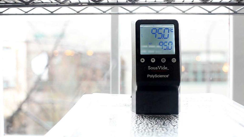 Sous vide lázeň předehřejeme na 95 °C. Vložíme sáček se zelím a vaříme po dobu 90 minut.