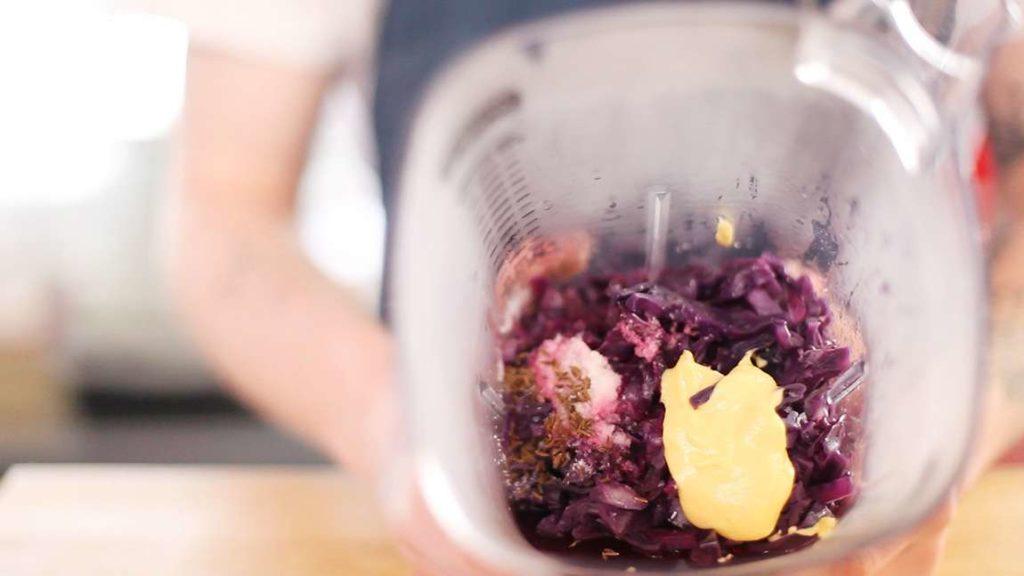 Uvařené zelí vložíme do mixéru. Přidáme všechny zbylé ingredience a pečlivě rozmixujeme.