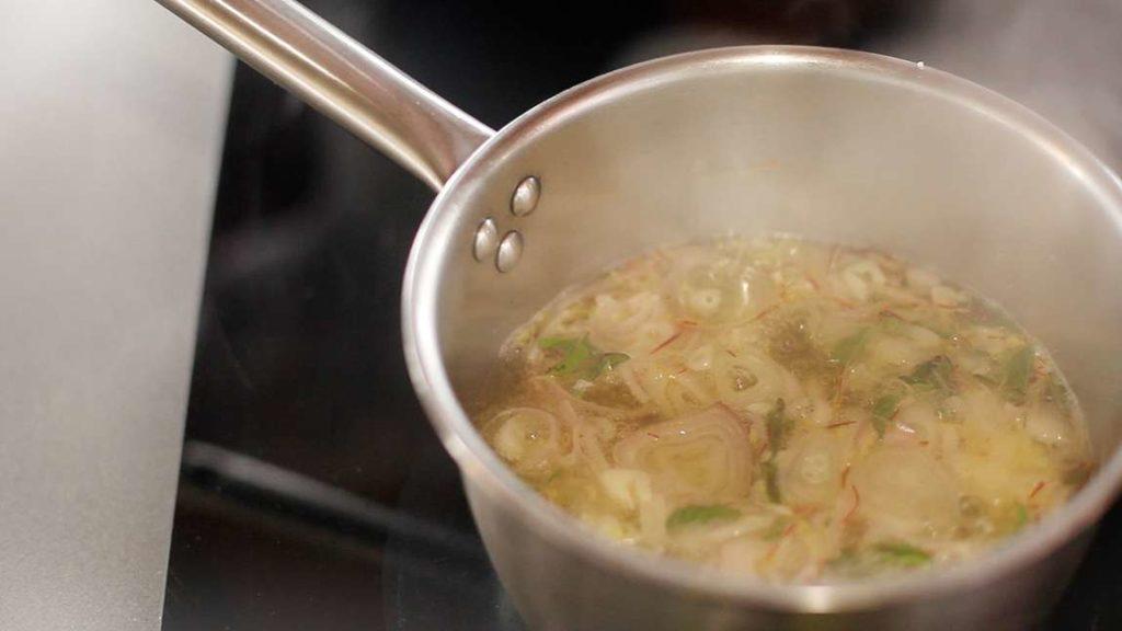 cibule v šafránovém nálevu - vaříme