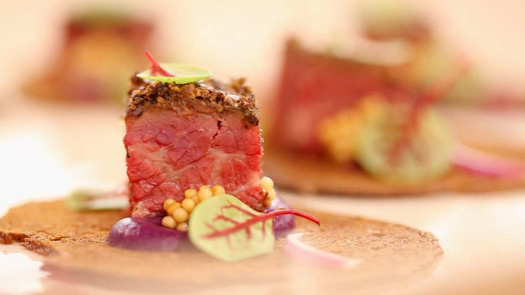 Pastrami bites, neboli jednohubky jsou delikátní kousky jídla, které potěší vaši chuť.