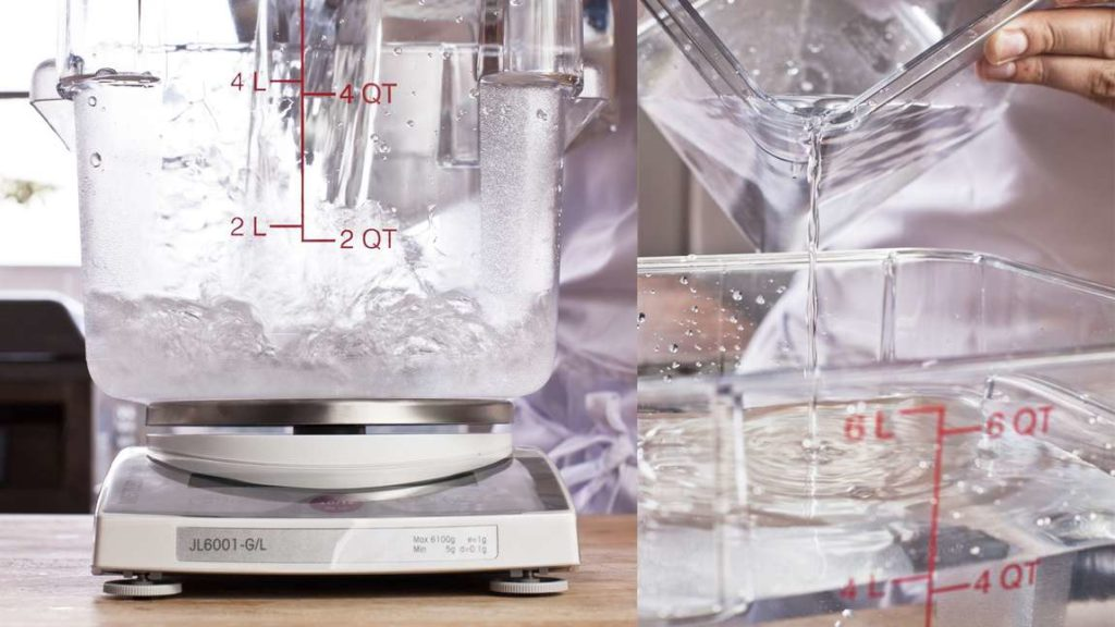 Do misky či umělohmotného boxu nalijeme 1,6 kg vody a do ní přidáme 160 g soli a 80 g cukru.