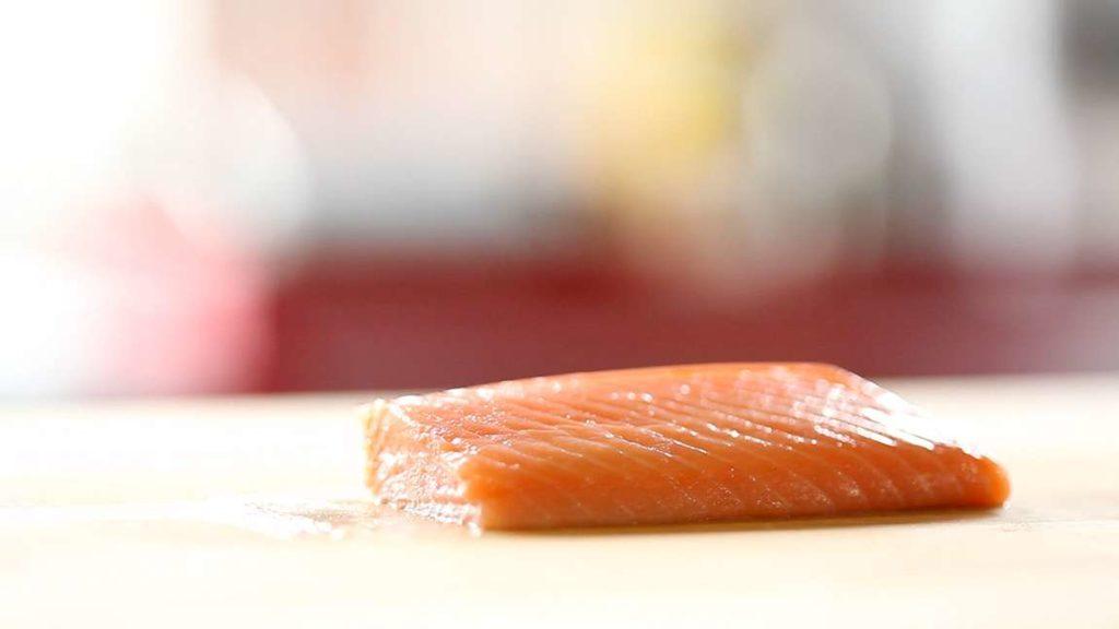 Recept na losos mi-cuit najdete zde. Jediný rozdíl v přípravě pro tento recept je nařezat lososa ještě před louhováním na tenké čtvercové filety.