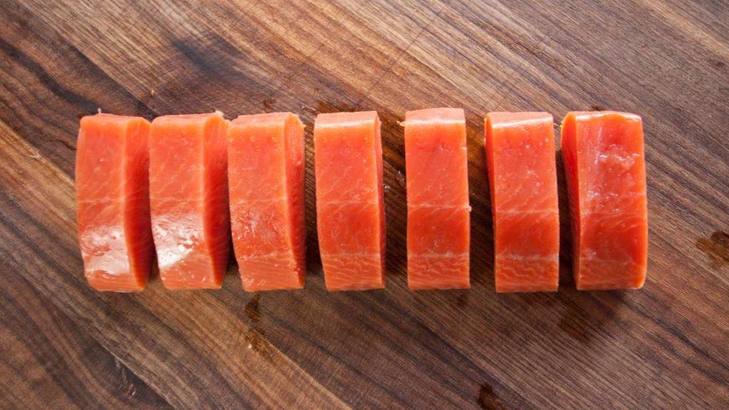 Lososa opatrně vyjmeme ze sáčku a nakrájíme na porce asi po 40 gramech (šířka asi 2 cm). Okamžitě podáváme. Porce, které nezpracujeme, můžeme uchovat v ledničce pro další použití.