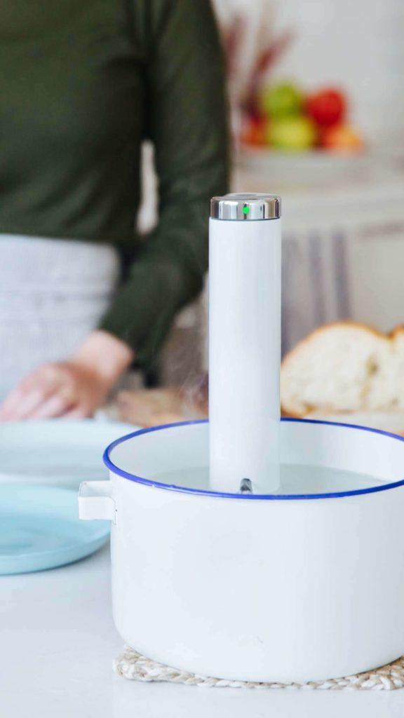 Sous vide lázeň předehřejeme na 54 °C. Vložíme sáček s masem a vaříme asi 2 hodiny.