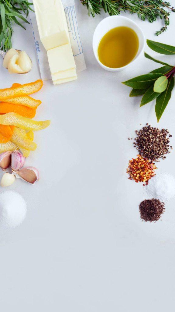 Do masa vmasírujeme sůl a čerstvě namletý černý pepř. Přidáme tymián a rozmarýn (nebo jiné koření podle chuti).