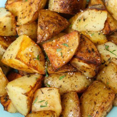 Opečené sous vide brambory s česnekem a bylinkami